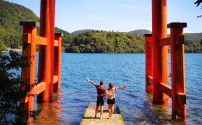 Le Heiwa torii sur les bords du lac Ashi à Hakone.